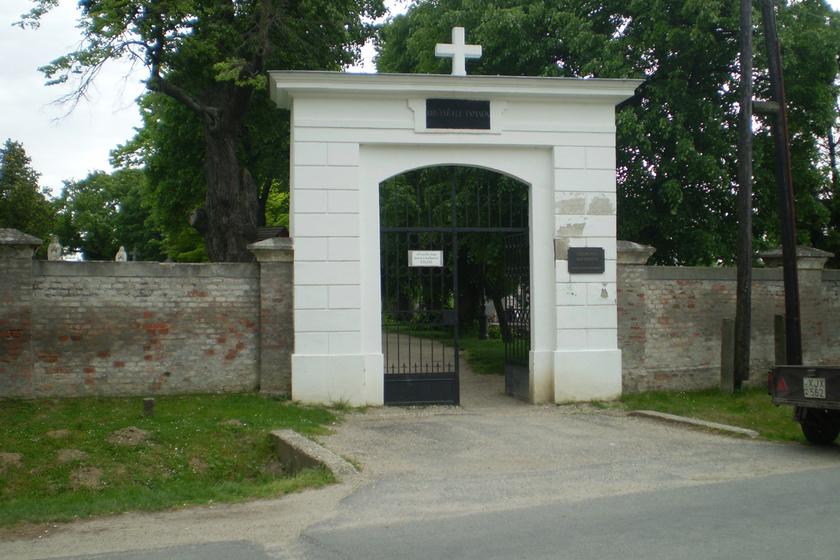 A nagycenki temetőben álló mauzóleum a Széchenyi család 47 tagjának sírhelyét jelenti. Kiállították Széchenyi István koponyacsontját is, melyet a golyó szakított ki a fejéből, amikor öngyilkos lett. De itt nyugszik Szécsényi Pál kalocsai érsek mumifikálódott teste is. Bár a mauzóleum kísérteties, nem elhagyott, látogatható, és szépen rendben is tartják.