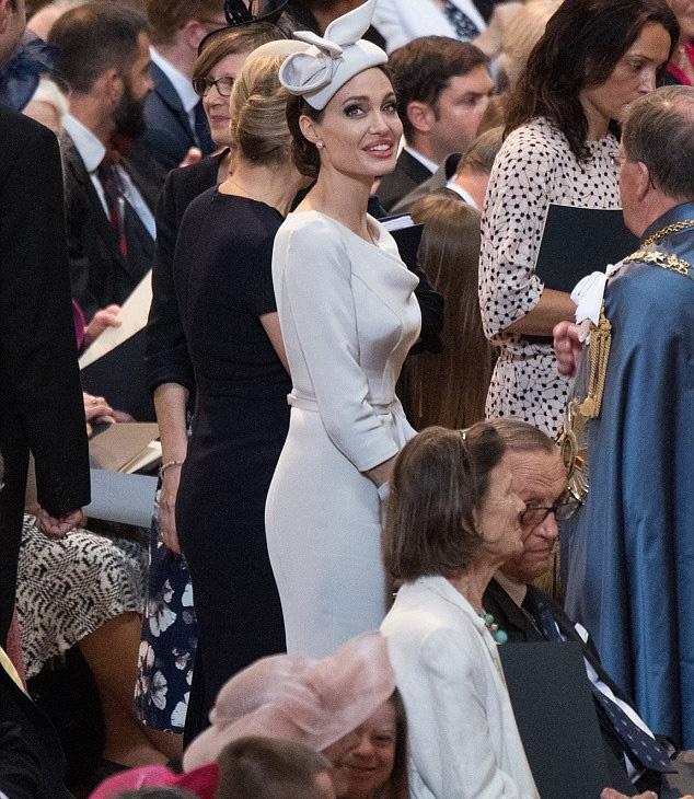 Angelina Jolie fantasztikusan nézett ki - simán elhinnénk róla, hogy a királyi család egyik tagja.