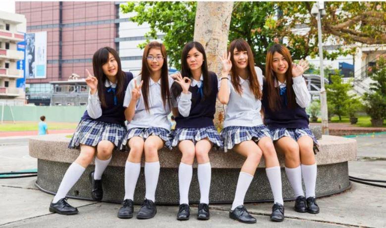 A japán diáklányok egyenruhája ismerős lehet az animékből: a télen-nyáron kötelező térdzoknihoz speciális ragasztót használnak, hogy ne csússzon le.