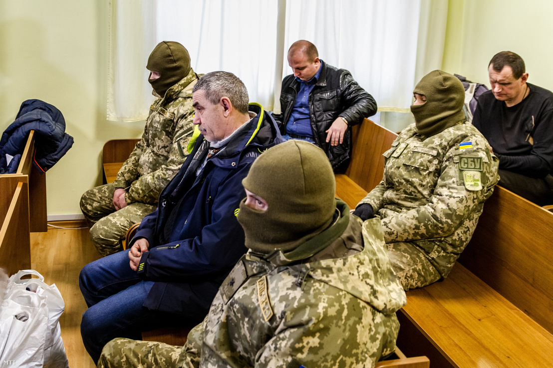 A kropivnickiji illetőségű Volodimir Kondratenko (k) az KMKSZ központi irodája ellen február 27-én elkövetett pokolgépes támadás egyik feltételezett elkövetõje kommandósok őrizetében várja az előzetes letartóztatásáról szóló végzést az ungvári városi-járási bíróságon 2018. március 6-án.
