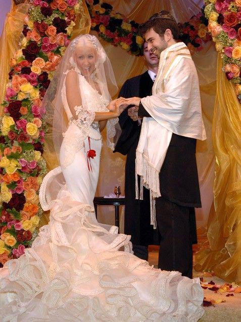 Christina Aguilera és Jordan Bratman már elváltak, de így is felkerültek a listára. 2,2 millió dollárba, több mint 623 millió forintba került az esküvőjük. Egy szőlőbirtokon tartották, az énekesnő Christian Lacroix-ruhát viselt.
