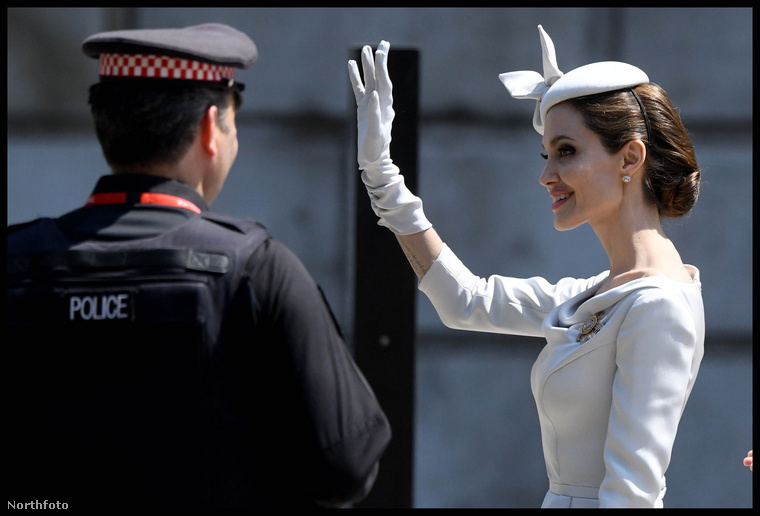 És a hercegnői integetés is jól megy neki