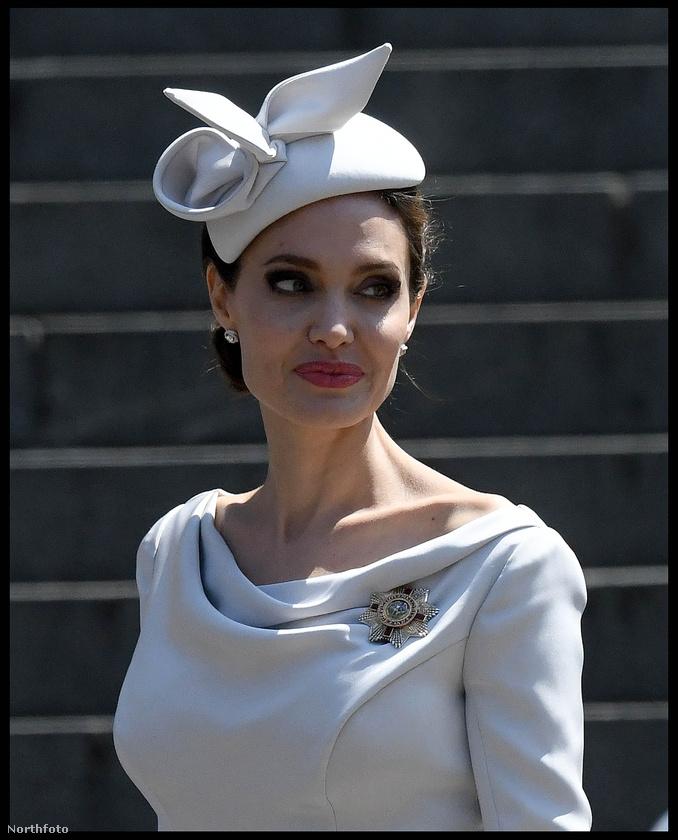 Jolie a Szent Pál-székesegyházban megrendezett megemlékezésen vett részt ezért öltözött fel úgy mint egy vérbeli brit nemes.