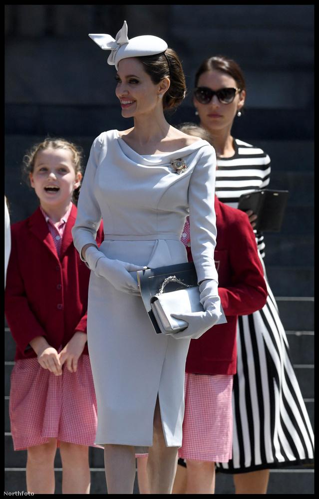 A visszafogott bézs ruháját Katalinon vagy Meghan hercegnén is el tudnánk képzelni, ráadásul az extravagáns kalap viseléséről sem feledkezett meg.