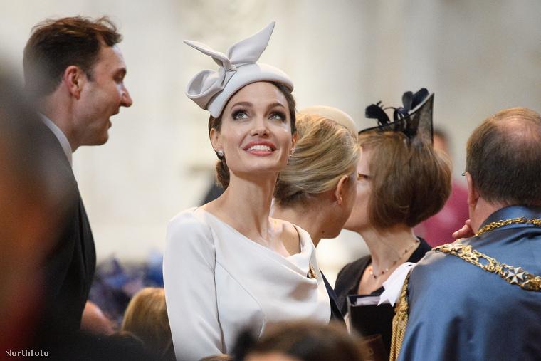 Talán jobb is így, hiszen Jolie tuti ellopta volna előle a show-t, annyira lenyűgözte a fotósokat a megjelenésével.