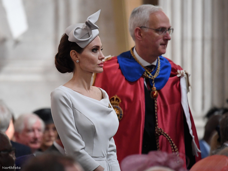 Az eseményre egyébként a királynő is hivatalos volt, de rossz közérzetre hivatkozva inkább távol maradt