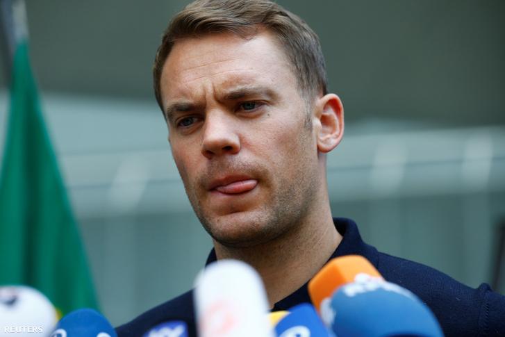 Neuer a frankfurti reptéren a csapat hazaérkezése után