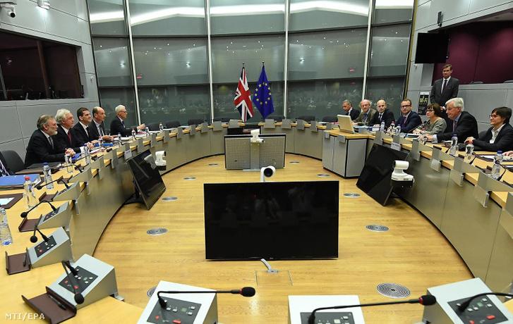 Michel Barnier az Európai Bizottság által kinevezett Brexit-ügyi főtárgyaló (j2) és David Davis a Nagy-Britannia Európai Unióból való kilépéséről folytatott tárgyalásokért felelős miniszter (b2) megkezdi a Lisszaboni Szerződés 50. cikkelye szerinti tárgyalásokat a brit EU-tagság megszûnéséről Brüsszelben 2017. június 19-én.