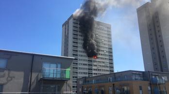 Lángol egy többemeletes lakóépület Londonban