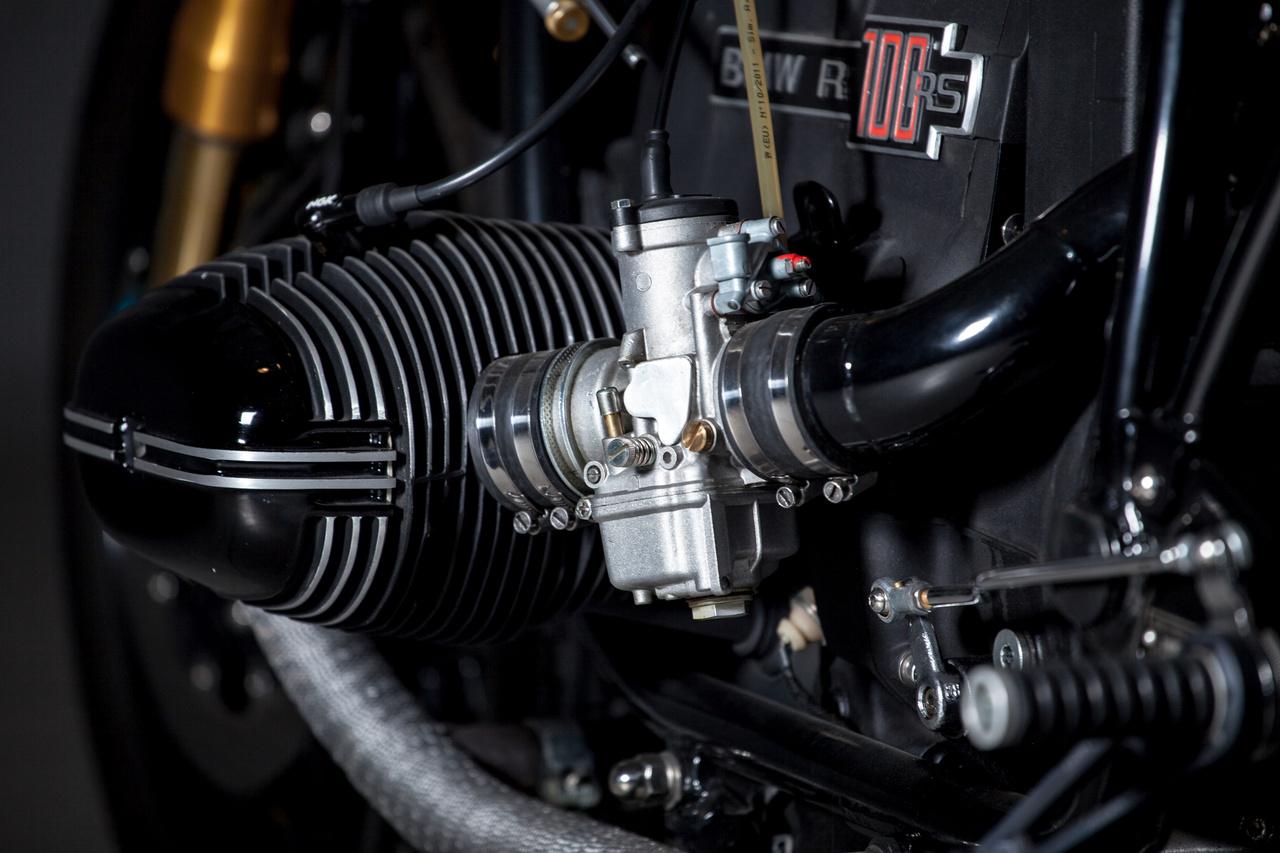 """""""Viszont a K&N legszűrő miatt az egész motorteret át kellett alakítani. Ezen felül még a Supertrapp kipufogórendszernek is kellett némi helyet találni. Az olajhűtő, az akkumulátor, és az új légszűrő elhelyezkedését is megváltoztattuk, valamint építettem egy új segédvázat, és alumíniumból szobrászkodtam egy teljesen egyedi farokidomot, hogy a motor minél jobban hasonlítson a hetvenes évek versenygépeihez."""" - meséli Pákozdi """"Sapka"""" Tamás az építésről."""