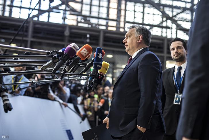Orbán Viktor miniszterelnök (j2) nyilatkozik a sajtónak az EU-tagországok állam- és kormányfõinek csúcstalálkozója elõtt Brüsszelben 2018. június 28-án.