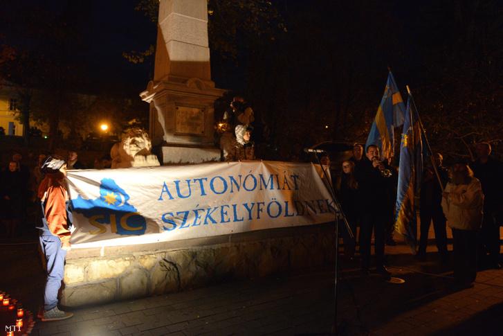 Résztvevők a székely himnuszt éneklik a Székelyföld autonómiáért rendezett gyertyagyújtáson és közös imádságon, amelyet a Székely Nemzeti Tanács (SZNT) felhívására a sepsiszentgyörgyi Erzsébet parkban, az 1848-49-es emlékműnél tartottak 2016. október 30-án.