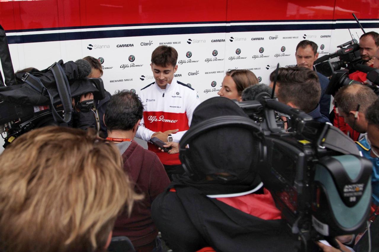 Charles Leclerc, az Alfa Romeo Sauber pilótája jobb, ha kezdi szokni a sajtó és a közönség                          rohamát, hiszen éppen a napokban pattant ki a pletyka, miszerint két éves szerződést kötött                          az anyacsapat Ferrarival, a következő évtől kezdve vezethet a vörösöknél. Márpedig nem                          zörög a haraszt, ha nem rázza a paraszt.