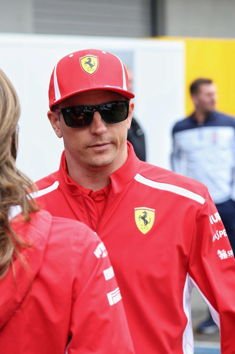 A pillanat, amikor Kimi Raikkönen majdnem elmosolyodott, de szerencsére még időben                          észbe kapott. Ha igazak a hírek, nem sokáig látjuk már az állandóan látványosan unott arcát                          a Ferrarinál, hiszen helyette szemelték ki a kirobbanóan tehetséges Leclerc-et.