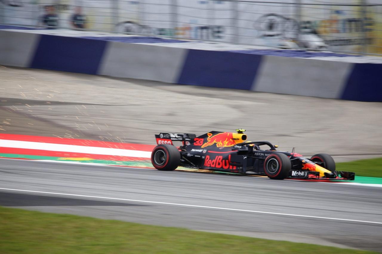 Max Verstappen keze alatt ég a munka. A lelátók szinte felét egyelőre az ő szurkolói töltik                          meg, akik reggeltől estig úgy vásárolják a hivatalos Red Bull shopban több tíz eurós                          csapatpólókat és bőven száz euró feletti egyéb ruhákat, mintha nem lenne holnap.