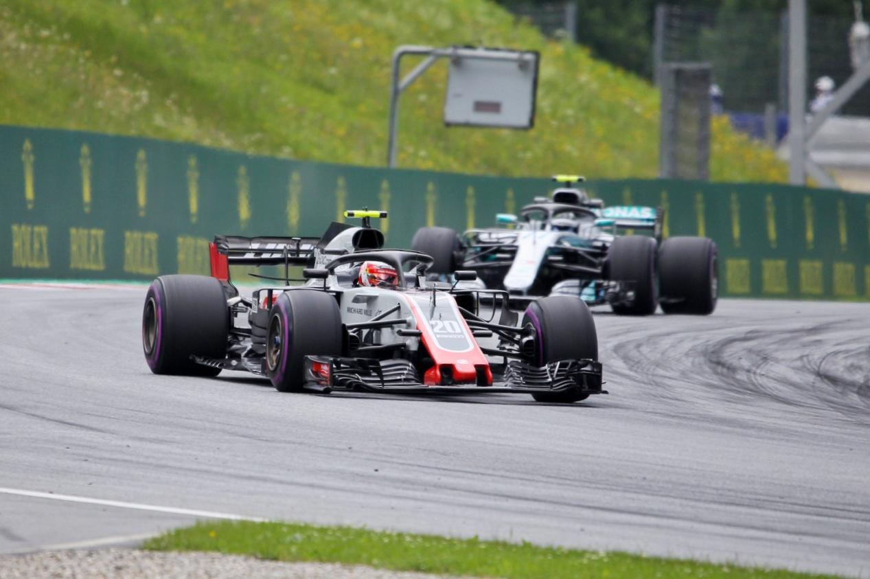 Bár a képen éppen Magnussen halad elöl, csapattársa, Grosjean még nála is előkelőbb                          helyen végzett, 6. és 8. helyről vághatnak neki a vasárnapi versenynek Dallara testbe bújt                          Ferrarikkal, amiket Haasnak csúfolnak. Meglepő, de annyira nem váratlan a jó szereplésük, most nagyon egyben vannak az autók.