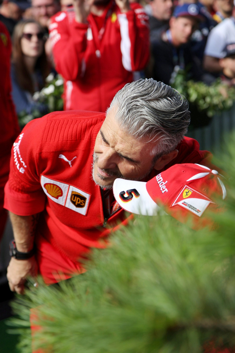 Reggelente immár hagyományosan zöld szőnyegen, szurkolók hadától övezve érkeznek a                          csapattagok a pályára, a központi épületbe. Arrivabene, a Ferrari főnöke meglepően ráérősen                         osztogatta az autogramokat, fotózkodott a rajongókkal, láthatóan jobb lábbal kelt.