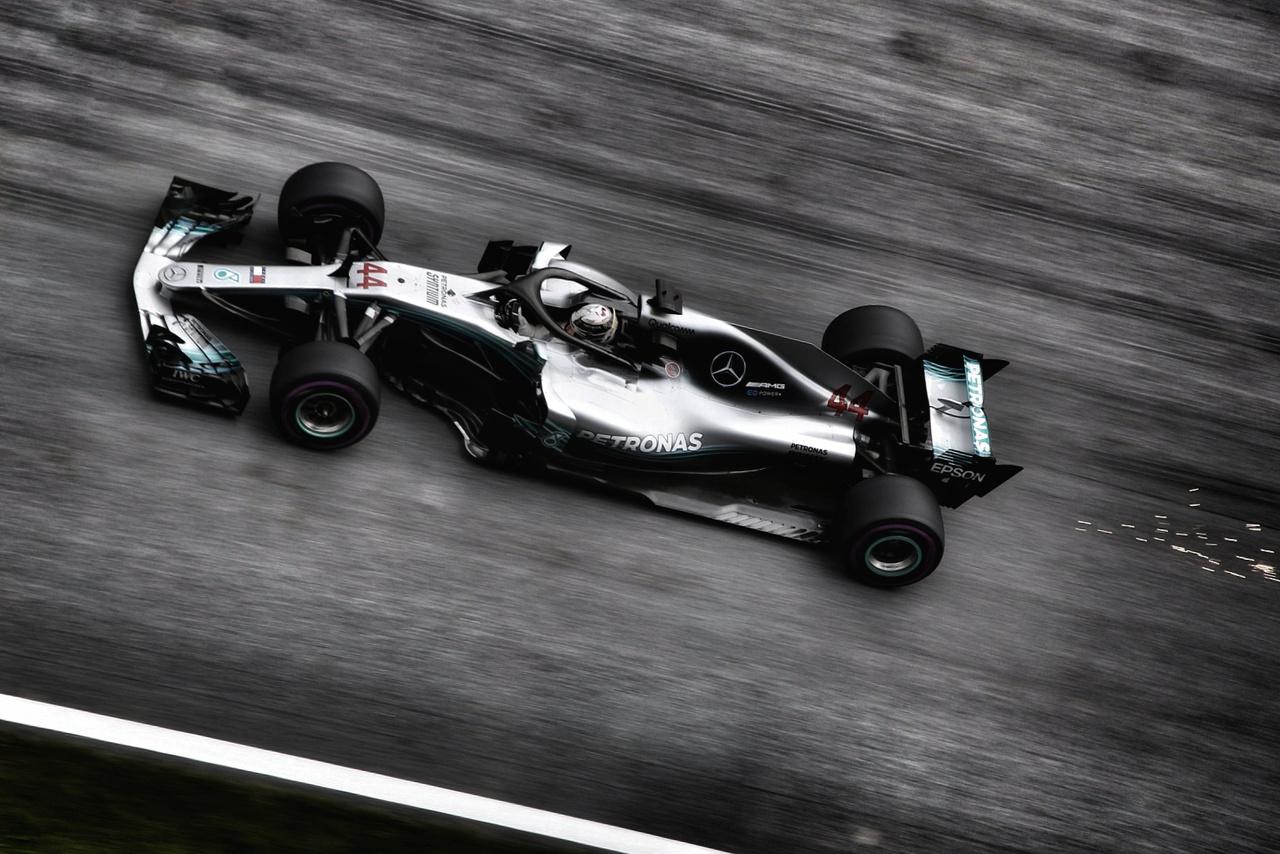 Az uralkodó világbajnok Lewis Hamilton idén először nem bírt Mercedeses csapattársával,                          így Valtteri Bottas indulhat a vasárnapi futamon az első helyről, pedig még a szikravetőt is                          bekapcsolta, hátha az segít.