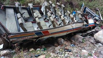 200 méter mély szakadékba zuhant és kettétört egy busz Indiában