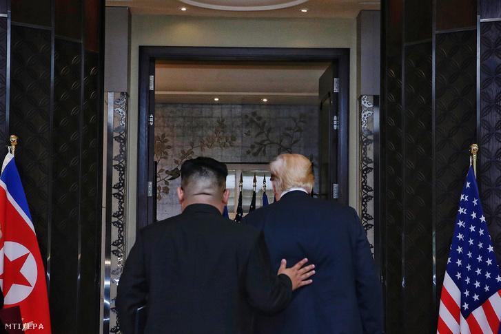 Kim Dzsong Un észak-koreai vezető (b) és Donald Trump amerikai elnök távozik a tárgyalóteremből a közös nyilatkozat aláírása után a szingapúri Sentosa szigeten fekvő Capella Hotelben rendezett csúcstalálkozójuk végén 2018. június 12-én.