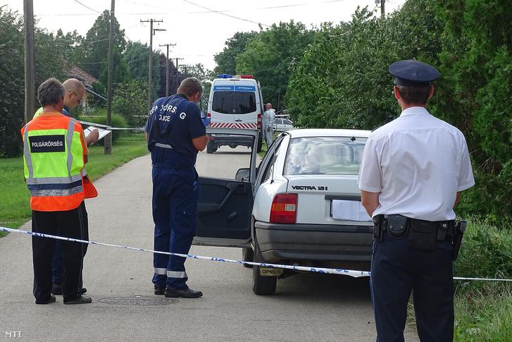 Bűnügyi helyszínelők dolgoznak 2018. június 30-án Almáskamaráson.