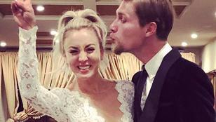 Köldökig kivágott ruhában ünnepelte az esküvőjét Kaley Cuoco