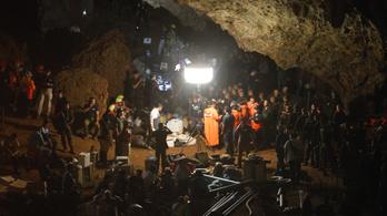 Pár órán belül kiderül, élnek-e még a barlangban eltűnt thai gyerekfocicsapat tagjai