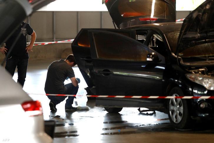 Helyszínelők a helyen, ahol a szökéshez használt autót megtalálták