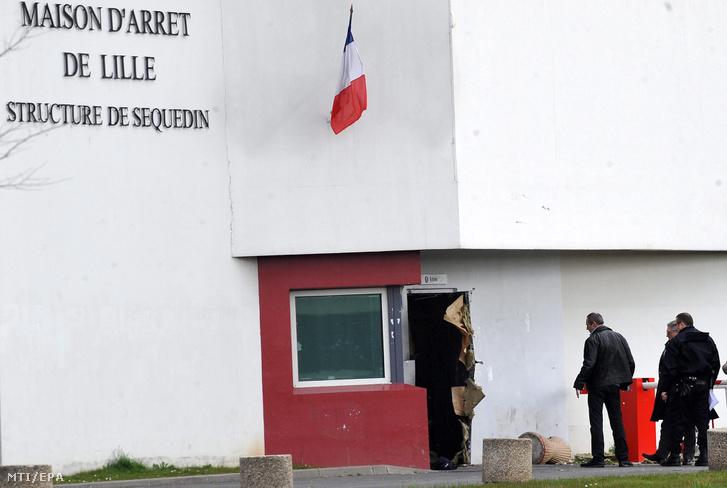 Az észak-franciaországi Lille melletti Sequedin börtön ajtaja amelyet Faid robbantott fel szökés közben 2013. április 13-án.