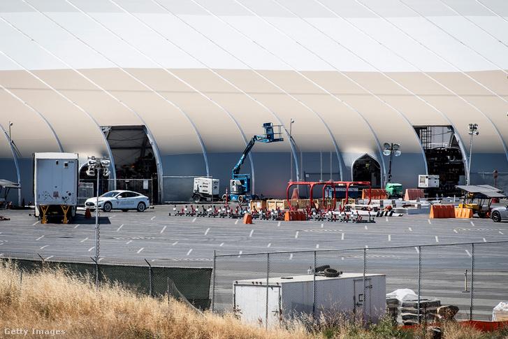 A kapacításnövelés miatt felhúzott sátorépület a Tesla fremonti gyártelepén 2018 június 20-án
