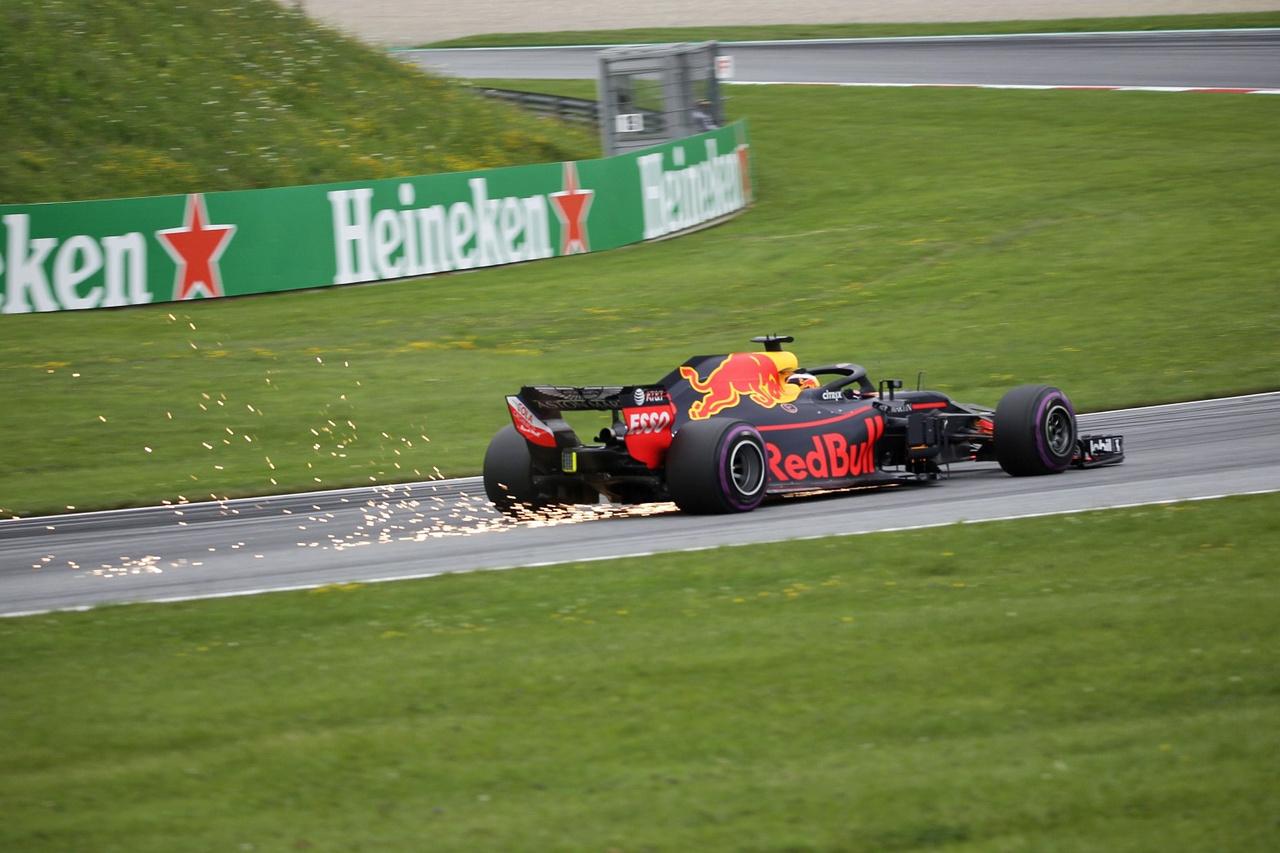 Szikraesőből talán a Red Bulloknak jutott a legtöbb. A különböző beállítások miatt néhány autónak folyamatosan súrolta a padlólemeze a pálya egyenetlenebb felületeit, ami a tempón egyáltalán nem érződött, viszont ezáltal nagyon látványos jeleneteket okoztak