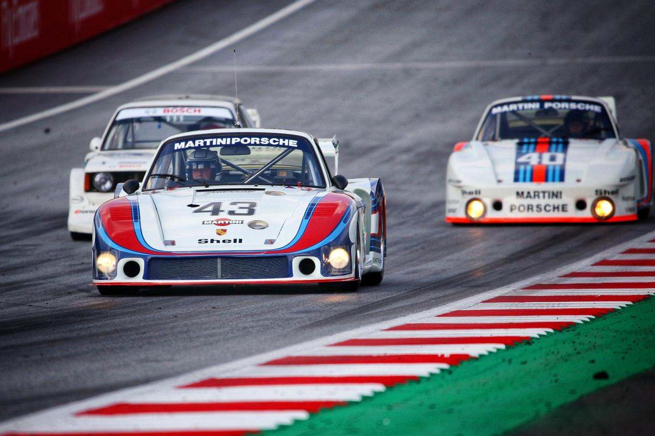 Nyálcsorgatás felsőfokon, Porsche 935 és 956 a Red Bull Ringen. Hans-Joachim Stuck, Gerhard Berger és Jochen Mass terelgette a három stuttgarti legendát a pályán, a képen szerényen megbújik egy BMW 320 is