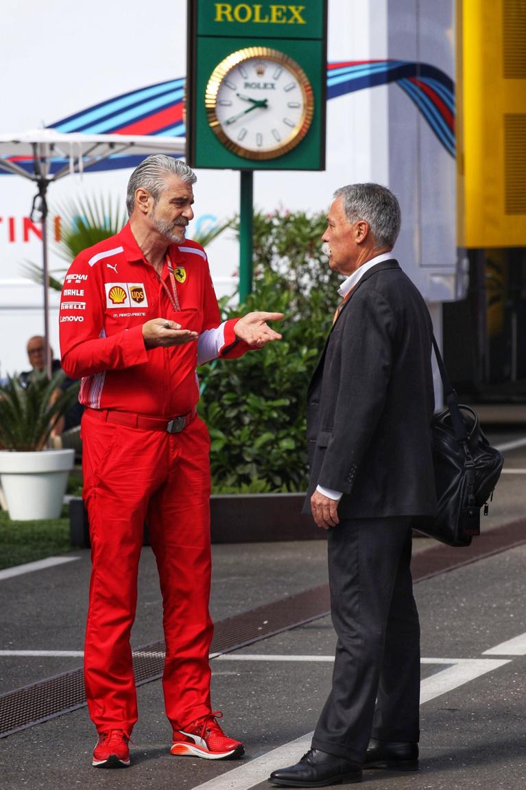 Maurizio Arrivabene, a Ferrari főnöke és Chase Carey a forma-1 első embere együtt érkeztek a vasárnapi futam reggelén, éppen Vettel szombati büntetéséről értekeznek. Látszik, hogy a Ferrari mennyire alapköve a sorozatnak, vigyáznak is rájuk rendesen a néha kitörő, olaszos hisztijeik ellenére is, nehogy egyszer beváltsák az elválással kapcsolatos fenyegetőzéseiket