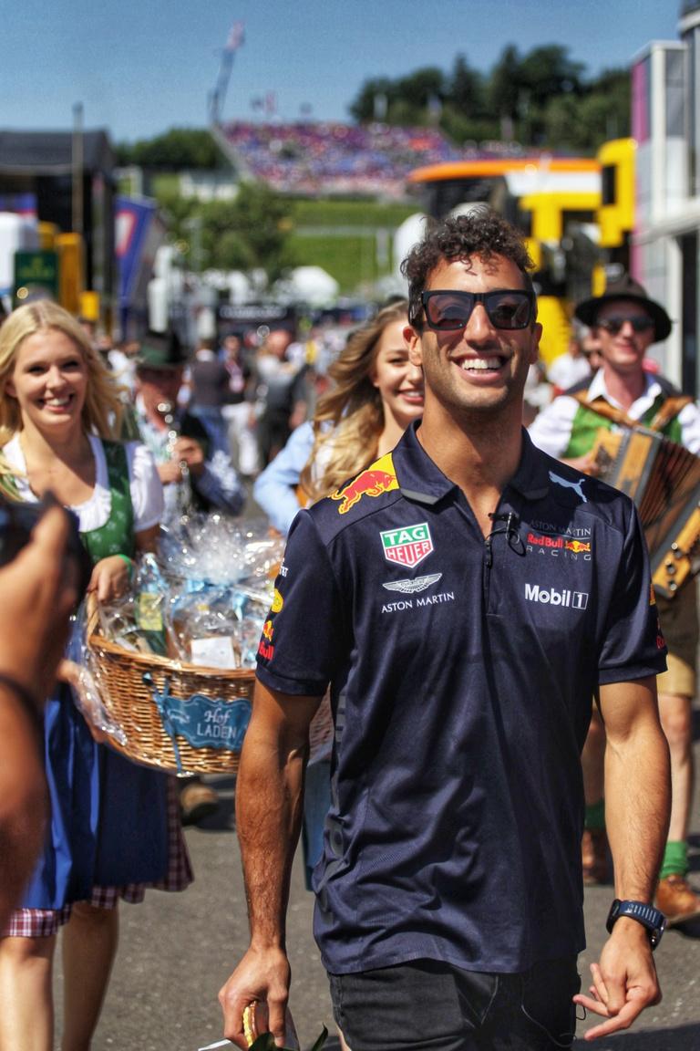 Akármilyen tragikus végeredménnyel is zárult számára a vasárnapi futam, a szervezők gondoskodtak arról, hogy Daniel Ricciardo születésnapja emlékezetes legyen. Mézeskalács szívvel a nyakában, sramlizenekar által húzott Happy Birthday-re, teli szájjal végigmasírozni a paddockban, az élmény megfizethetetlen