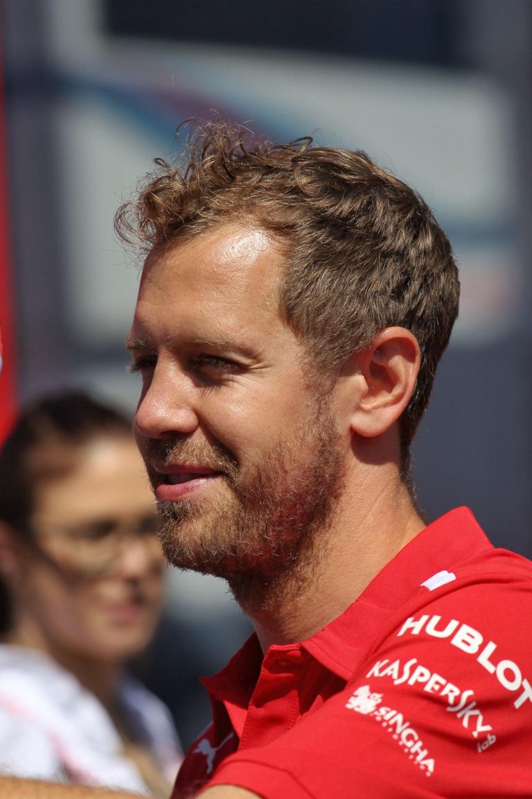 Sebastian Vettel is elégedett lehet, hiszen a szombati rajtbüntetése után hátrébb sorolt világbajnok német így is felküzdötte magát a harmadik helyre, amivel a Mercedesek váratlan kiesése után át is vette a vezetést összetettben Hamiltontól