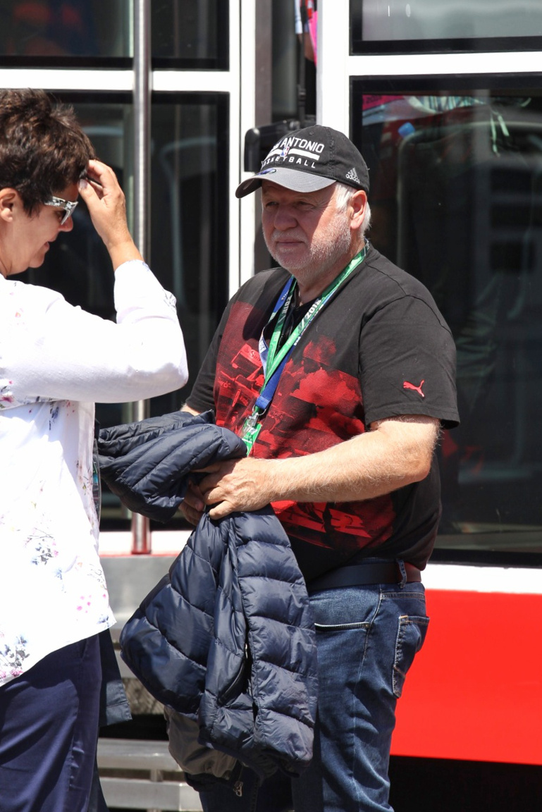 Vettelnek ezúttal a helyszínen szurkoltak a szülei, Norbert és Heike is