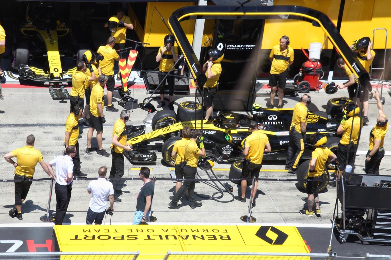 Hiába a sok tornaóra, a boxutcai gyakorlások, a Renault nem zárta valami acélosan az osztrák futamot, Sainz Jr. 12. helyen végzett, Hülkenberg pedig idő előtt kiesett a versenyből. Lehet, hogy inkább a fejlesztésekre és a megbízhatóságra kellene a hangsúlyt fektetni. Így talán nem akkora csoda, hogy a Red Bull hosszas mérlegelés után az utóbbi időkben több potenciált rejtő Honda erőforrásokra vált a jövő évtől