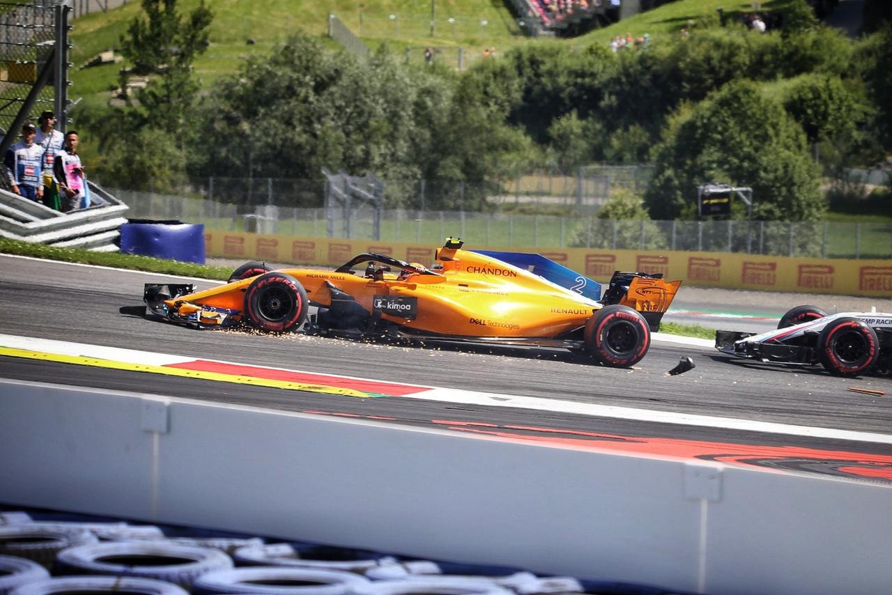Stoffel Vandoorne már a második kanyarban lebontotta a McLarenje elejét a tömegben történt helyezkedésben. Leszakadt az első vezetőszárnya, végig szikraesőt húzott a boxig. A szétrepülő darabokat pedig a pályamunkások berohangászva próbálták meg begyűjteni, ne kelljen emiatt biztonsági autót behívni. Részben emiatt is zárta a futamot az utolsó helyen