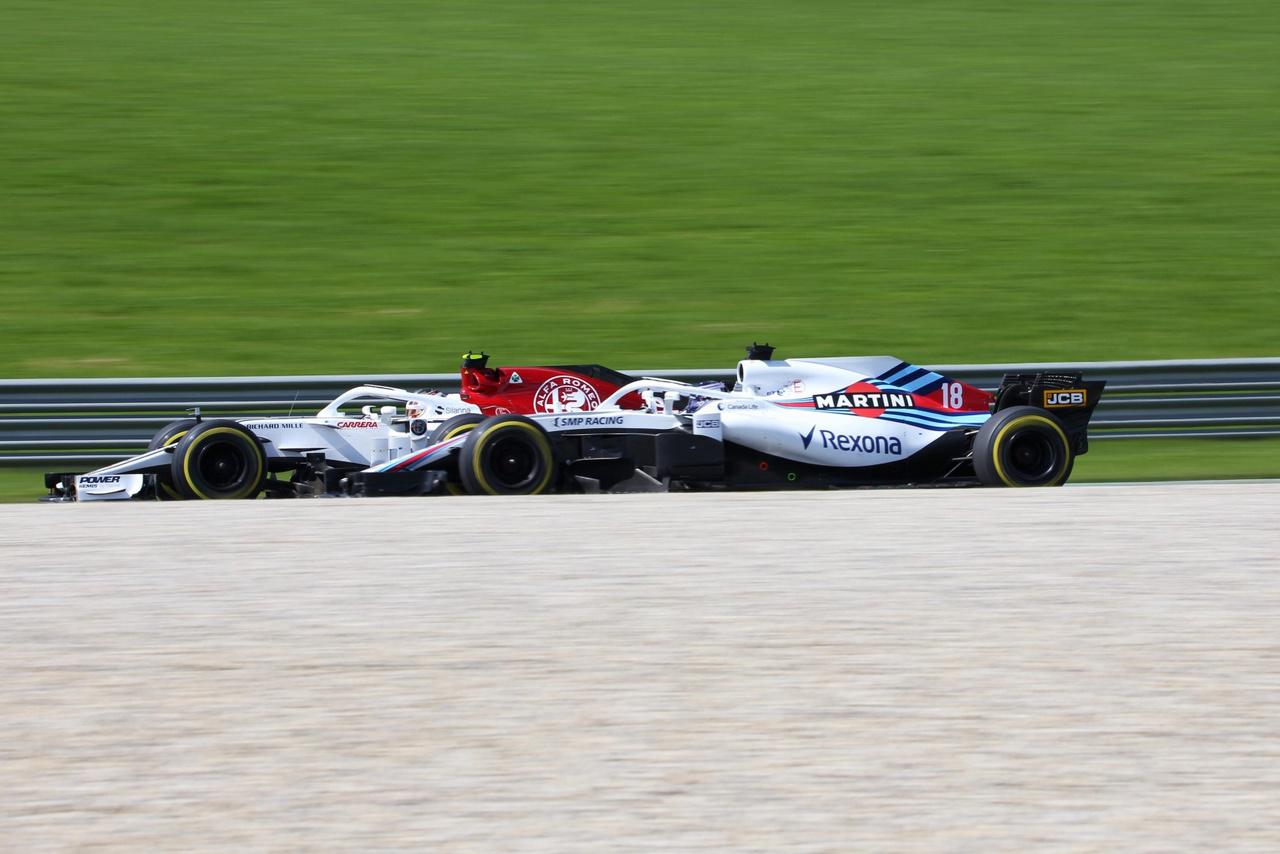 Alfa Romeo Sauber előzi a Williamset. Az első tízben hat Ferrari-motoros autó végzett, így Leclerc és Ericsson 9. és 10. helye is pontokat ért a Ferrari fiókcsapatának. A patinás angol istálló idei vergődése pedig tovább tart, az utolsó előtti helyekre nem lehetnek büszkék a Williamsnél. Igaz, az ő két autójuk legalább körbeért a versenyen…