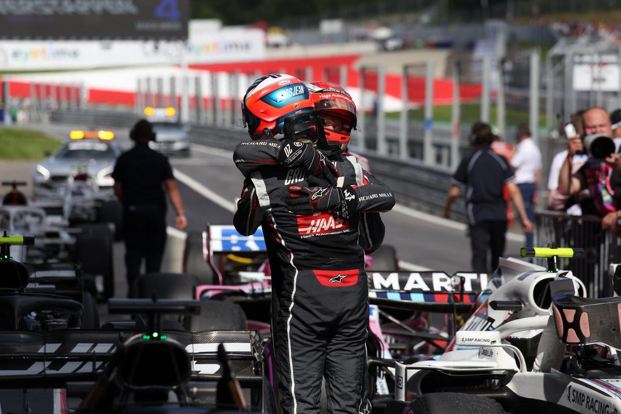 A Haas Ferrari két versenyzője, Grosjean és Magnussen így örültek a 4. és 5. helynek, közvetlenül a leintés után. A kocsik egész hétvégén hibamentesen működtek, nem volt semmi extra izgalom, úgy tűnik, rendesen összeállt a csomag, amiért ilyenkor az egész csapat extra jutalomban részesül