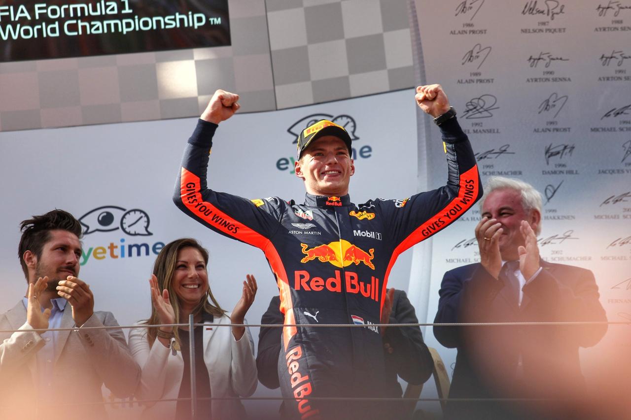 Max Vestappen a Red Bull hazai pályáján megérdemelten húzta be ezt a némileg váratlan győzelmet, öröme határtalan volt, a hollandok pedig majd szétszedték a lelátókat örömükben