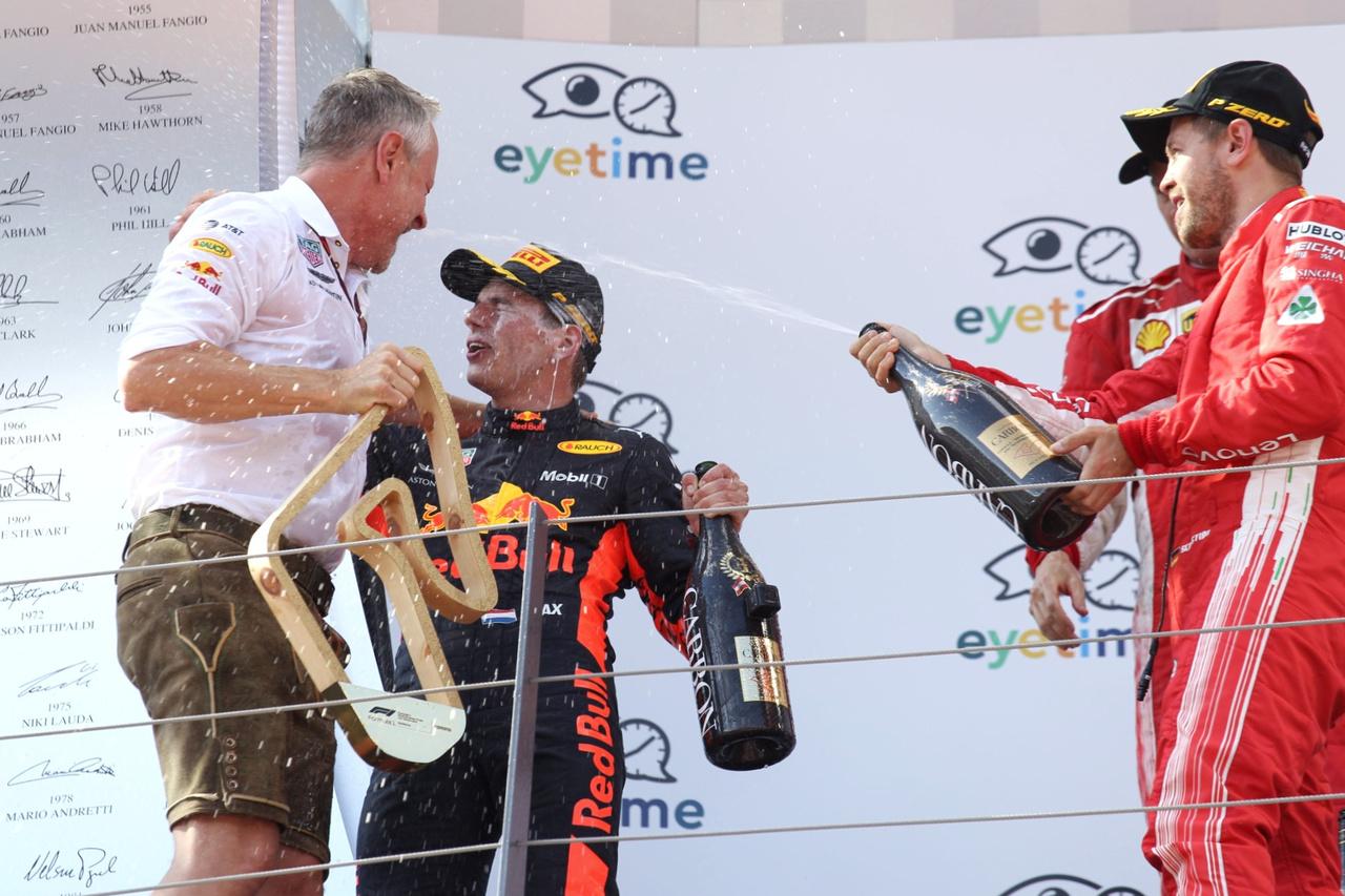Vettel nem sajnálta a pezsgőt, jól fülön is locsolta Verstappent, el ne hervadjon