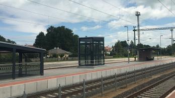 Miért nem működnek a liftek a felújított dél-balatoni vasútállomásokon?