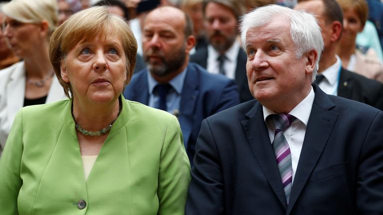 Túlélte Merkel a migrációs válságot, megegyezett belügyminiszterével