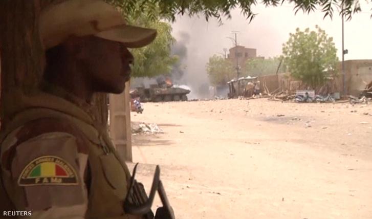 Fegyveres katona Maliban, egy bombamerénylet helyszínén