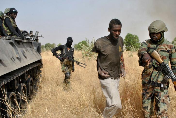 Nigériai katonák fogják el a Boko Haram egyik feltételezett tagját 2016-ban
