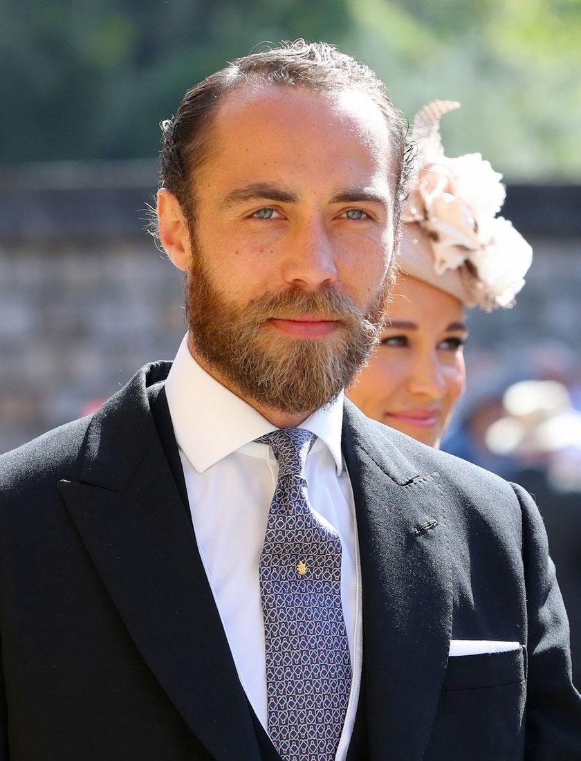 James Middleton Harry herceg és Meghan Markle 2018 májusában megrendezett esküvőjén a windsori kastély Szent György-kápolnája előtt.