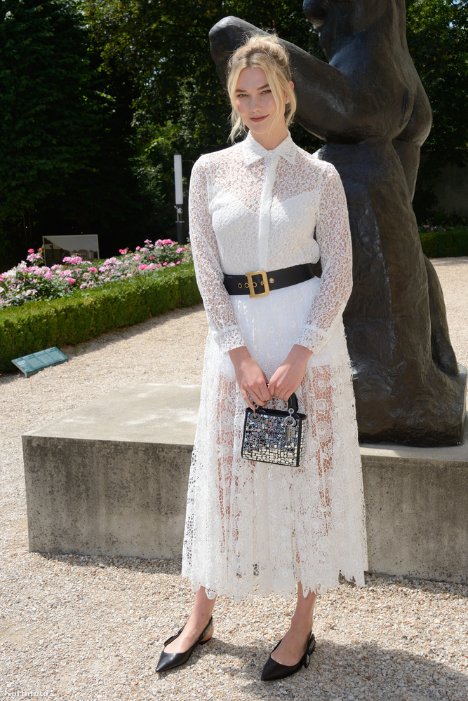 Ugyanitt rengeteg híresség jelent még meg, Karlie Kloss modell például fehérbe öltözve.