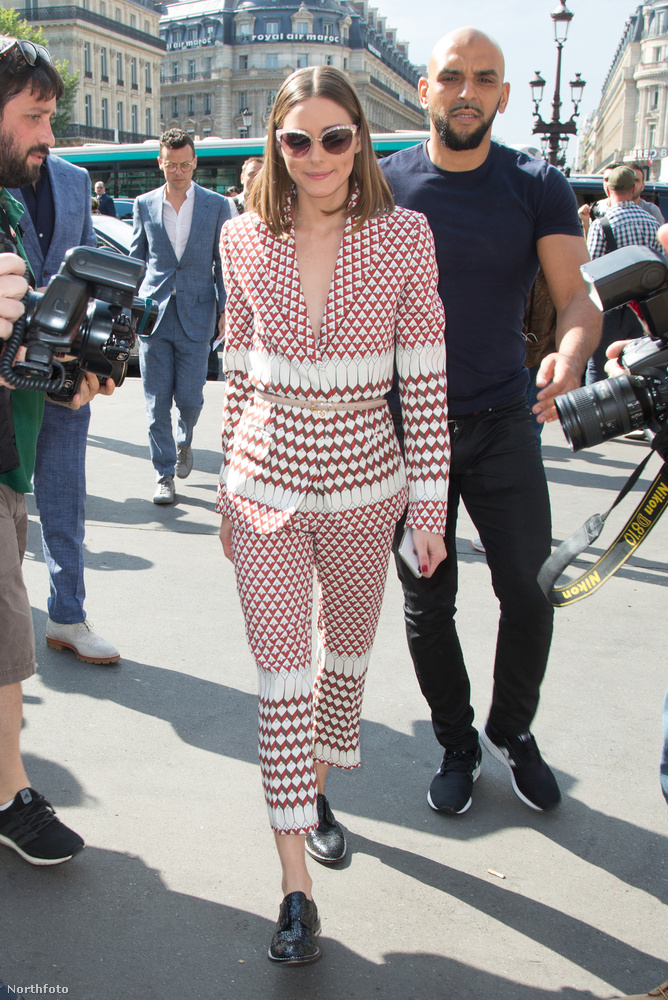 Ő pedig Olivia Palermo divatguru és tévés személyiség, szintén érkezőben a Schiaparellihez.