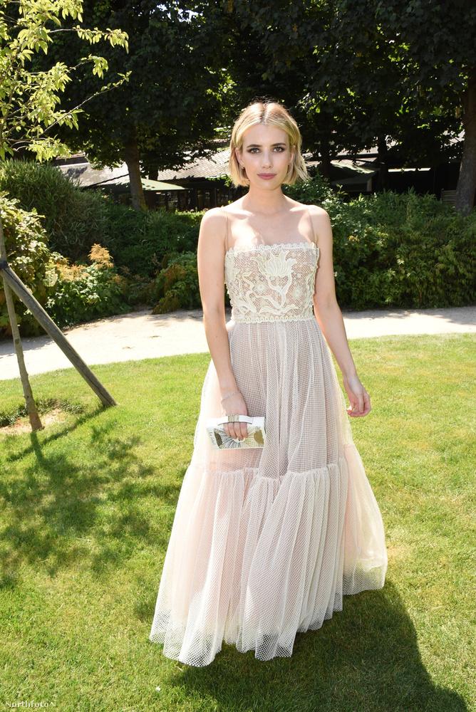 Emma Roberts is színésznő, és ő ebben a romantikus-nőies ruhában nézte meg a Dior kollekcióját.